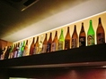 カウンター上を彩る多様なお酒の瓶。種類豊富で飲み放題プランもオススメ。