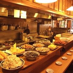 名古屋駅からスグ、魚貝の専門店。 季節の魚をお刺身や、焼き物、煮付けにといろいろ味わえます。中でもオススメは炭焼きコンロで焼くマンボウと自家製の燻製! お料理に合わせて日本酒も安く飲めるお得感満載のお店です。 一階にはカウンター席、二階にはテーブル席や掘りごたつのお席もご用意しております。