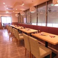 人気のテーブル席で家族や会社仲間と美味しいお料理を♪