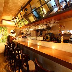 【オープンキッチンのカウンター席】オープンキッチンを囲むカウンター席は、デートはもちろん、お一人様のご利用もおススメです。ご自分だけの時間をお過ごしください。