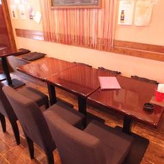 こだわりの木造りのテーブル席