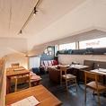 2階のロフトにはソファーの他にベンチソファーのテーブル席と2名掛けのテーブル席。ロフト席の貸し切りはコース利用で12名様からOK。