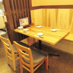 テーブルの4名様席はゆったりくつろげるお席です。またTVもありますのでお食事を楽しみながら観戦などもできます◎