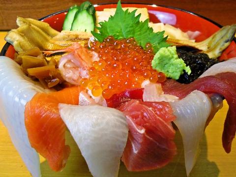 創業昭和12年、地域の人々に愛される大衆寿司店。団体は200名まで利用できる。