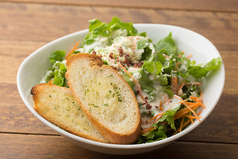 料理メニュー写真たっぷりチーズのシーザーサラダ