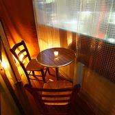【デートに最適なテラス席】恵比寿の喧騒を見下ろすテラス席はカップルのための特等席。キャンドルの灯りがふたりの距離をグッと縮めてくれます。