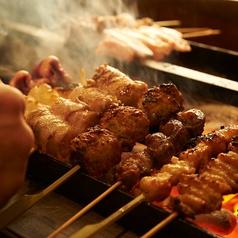 一度食べてみたら分かる!新鮮な朝ジメのお肉をその日にゴキゲン鳥のスタッフが手作業で一本一本串刺しを行い、手作りのお塩を使って高級備長炭で焼き上げます。