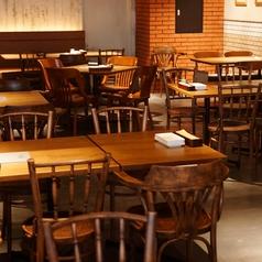 開放感たっぷりのディナータイムのテーブル席は、木のぬくもりとレンガ調の壁でおしゃれな雰囲気を味わえます◎