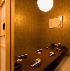 【4名様個室】 少人数でのチョイ飲みにはコチラ!駅近だから、会社帰りに同僚とちょっと一杯、にもおすすめのお席。完全個室で周りを気にせず飲めるから、親しい仲間内でのお食事の際に人気のお席となっております。ご予約の際、ご希望がございましたらお申し付けください。