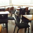 テーブル席。席配置は状況に応じて変更可