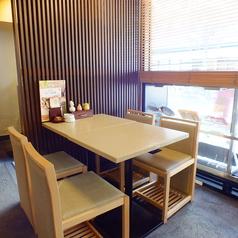 広々としたテーブル席も完備しております。