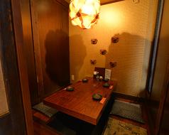 お二人での密談やお子様連れでのお食事に!あしびなー、かじまーりの二つのお部屋があります。かわいいシーサーの飾り棚があるこじんまりとした落ち着けるお部屋です。厚い扉が閉まる完全個室