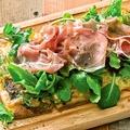 料理メニュー写真プロシュート&リーフサラダのジェノベーゼピザ