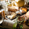 スイス産グリュイエールチーズとエメンタールチーズの2種類を独自ブレンド…とろ~り濃厚な味わいの本格派チーズフォンデュをはじめ、フランスサヴォワ地方のラクレット、吉田牧場カチョカヴァロチーズのマルゲリータ、アチージョ、パルミジャーノチーズリゾット、ニューヨークチーズケーキなど本格派チーズ料理が満載です