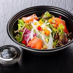彩野菜とスモークサーモンのサラダ