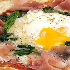 料理メニュー写真温泉卵のビスマルク風ピザ