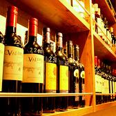 壁一面の棚にズラリと並んだワインの数々♪ボトルワインは1800円~ご用意しています!ワインはなんと60種類以上★ニューワールドのワインを中心に、国産ワイン、オーガニックワインなど多数取り揃えています!!数あるワインの中から、自分だけのお好きなワインを見つけてみては・・?