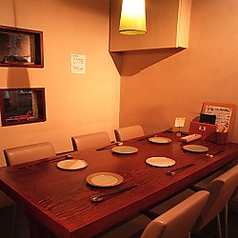 ゆったり座れる6名席。温かみのある店内で安心・安全なお料理をお楽しみください。