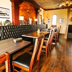 4名様でご利用可能なテーブル席をご用意。テーブルの間隔も広めに配置しているので、周りを気にせずゆっくりお料理をご堪能ください。