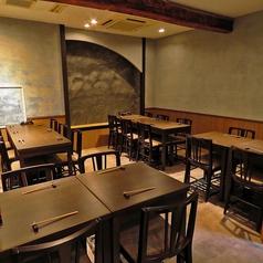 2名テーブル席を10卓ご用意致しております。ご人数に応じてテーブルのアレンジが可能です。並び席で最大10席までお作りする事が可能です。15名様より20名様までの貸切も承っております。