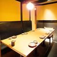 こちらのお席は、8名様用の完全個室です。少人数宴会が楽しめる個室となっております。仕切りがございますので、周りの目を気にせずゆったり出来る人気の個室です。神田駅徒歩1分とアクセスも好都合♪ご不明な点がございましたら、お気軽にお問い合わせください。