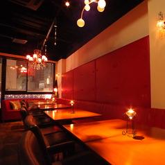 女子会やコンパも盛り上がる赤革のソファー