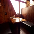 仕切りのあるテーブル席