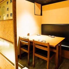 こちらのお席は、4名様用の完全個室です。扉も閉まる完全個室なので、ゆったりお過ごし頂けます。接待や会合などの大切なお席でも周りを気にする事もありません。接待や会合にぜひ、ご利用ください。接待に最適なコースも多数ご用意しております!