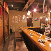 """臨場感溢れるダイニングカウンター席♪天井から吊るされたメニュー表がとってもユーモア★""""旨い""""餃子とビールをお楽しみいただけます。"""