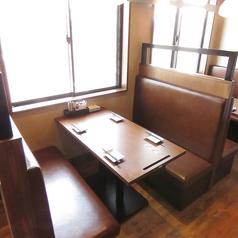 お友達同士や同僚と・・。気軽に一杯できる広めのテーブル席。