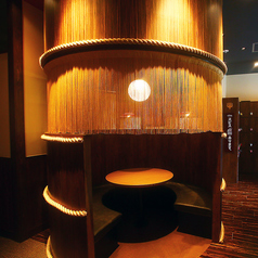 【樽風半個室/2~6名様】大きな樽の中に入るような半個室はゆったり座席の丸テーブル。少人数でワイワイ楽しみたい催しに最適です! ※設置がない店舗もございます