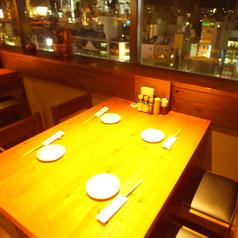 駅直結でビル9階に位置する当店では夜景を見ながらお食事を楽しめるテーブル席をご用意しております。景色を楽しみながら美味しい料理を食べれば盛り上がること間違いなし。雰囲気バツグンなので記念日やデートにもピッタリなお席で心に残る思いでになること間違いなし!