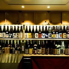 落ち着いた和空間の店内。お酒60種類 / ワイン5種類 をご用意