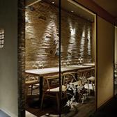 【明るく使いやすい】障子とガラスが織りなす優しい雰囲気が印象的なテーブル席。世界遺産・天龍寺の土壁モチーフと間接照明に囲まれたお席です。3月~4月・12月の繁忙日は、10名様から貸切個室料として3,000円がかかります。