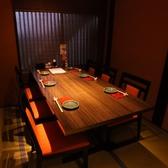 テーブル席は4名、6名様用をご用意。お座敷対応もできますので、ご相談下さい。格子で区切れば個室風!テーブル席のフロアは最大30名様程度までOK。