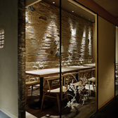 【半個室】障子とガラスが織りなす優しい雰囲気が印象的なテーブル席。世界遺産・天龍寺の土壁モチーフと間接照明に囲まれたお席です。お座敷が苦手な方にもゆっくりおくつろぎいただけます。10~12名様貸切場合のみ半個室対応可。3月~4月・12月の繁忙日は、10名様から貸切個室料として3,000円がかかります。