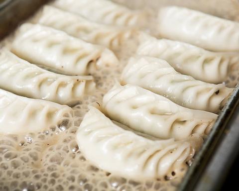 当店1番人気の手作り餃子は10種類以上★本格的な中華料理がリーズナブルに楽しめます