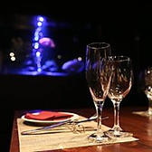 【水が煌くアクアリウムラウンジ】グリーンウォールを抜けた先には雰囲気の全く異なるラグジュアリーな空間のアクアリウムラウンジが御座います♪ディナーや貸切スペースとして銀座の夜をお寛ぎください
