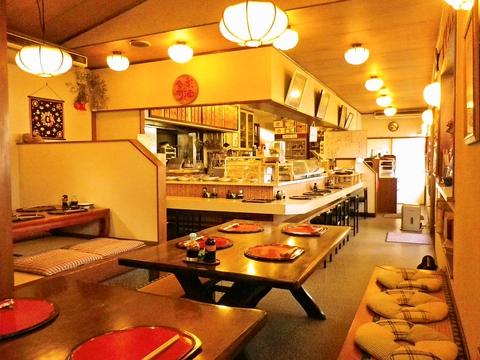 お袋の味が各種揃うアットホームな店。お好みの惣菜をビュッフェスタイルでどうぞ。