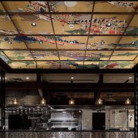 天井に描かれた繊細な浮世絵の存在感に圧倒されます