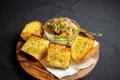 料理メニュー写真ネギトロとアボカドのガーリックトースト