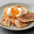 料理メニュー写真鶏チャーシューの炙り半熟玉子添え