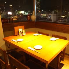 窓側のテーブル席は夜景を楽しむ特等席。夜景が見えるお席は大変人気なので事前ご予約がオススメです!4名~12名様までレイアウト変更なども可能ですので少人数の飲み会、宴会などにもオススメです。レイアウトのご相談などお気軽にお電話下さい。宴会はぜひ当店へ!!