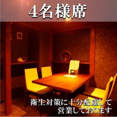 スタイリッシュなテーブル席。天井が少し低くなっており、秘密基地に来たような感覚♪