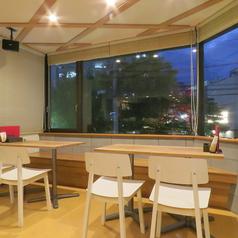 テーブル席は2名席~ご用意。お客様の人数に合わせてテーブルのコーディネート可!!