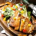 料理メニュー写真焼きロメインレタスのグリルチキンシーザーサラダ