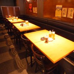 4名様用テーブル5卓(一部2名様用にする事も可能です)、2名様用テーブルを1つご用意致しております。