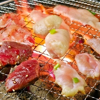 厳選された新鮮な肉・ホルモンを炭火しちりんで!