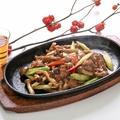 料理メニュー写真熱々牛肉の黒胡椒風味鉄板焼き