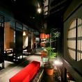 デートやお出かけ後のお食事などにもほっこりの和食がおすすめです。一品料理も充実しており、厳選食材の天ぷらや鮮魚などこだわり抜いたお料理をご自由にご注文いただけます。京町を再現した優雅なほっこり空間で美酒と和食をぜひお召し上がりください。